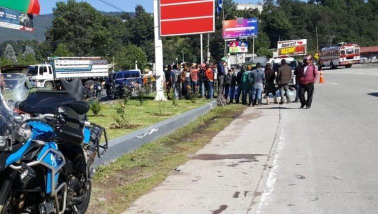 Curiosos permanecen en el lugar donde se registró el accidente de motocicleta en Tecpán Guatemala. (Foto: Bomberos Municipales Departamentales).