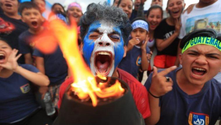 Jóvenes muestran fervor patrio en encendido de antorchas. (Foto: Carlos Hernández).