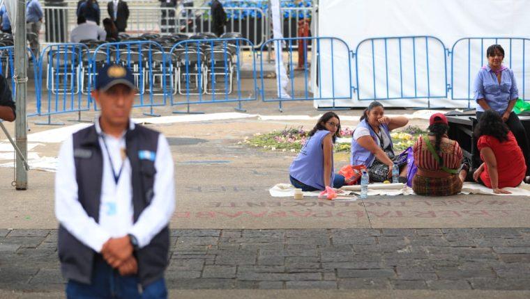 Al lugar donde estaba el monumento, empezaron a llegar varias personas para exigir que lo devuelvan. (Foto Carlos Hernández Ovalle)