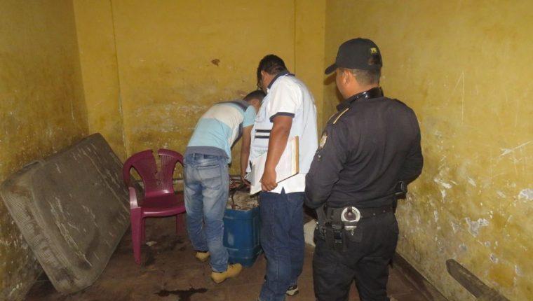 Un hombre fue engrilletado a una piedra. (Foto Guatevisión: @Mnp_guatemala)