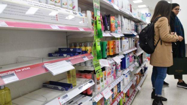 La demanda por los geles desinfectantes se ha disparado en todo el mundo y en países como Reino Unido algunas farmacias anunciaron que están racionando las ventas de estos productos. (Foto Guatevisión: Getty Images)