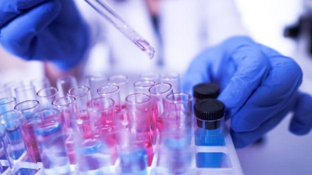 Por la gravedad y la velocidad de la pandemia, los doctores administran medicamentos experimentales a algunos pacientes de la covid-19, aunque los estudios aún estén incompletos. (Foto Guatevisión: Getty Images)