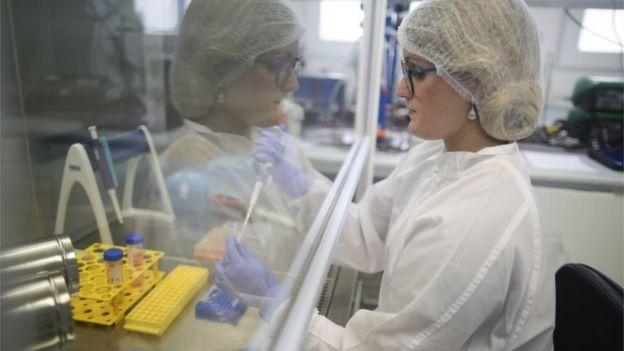 Aún ningún estudio clínico a larga escala ha apuntado una solución contra el nuevo coronavirus. (Foto Guatevisión: Getty Images)