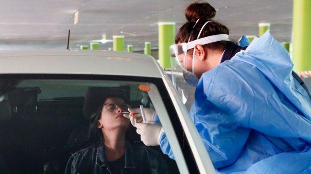 En algunos países se hacen muchas más pruebas que en otros, a personas con o sin síntomas. (Foto Guatevisión: Getty Images)