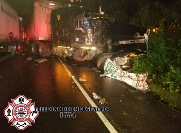 Accidente de tránsito km 230 ruta al Pacífico en Coatepeque, Quetzaltenango. (Foto: Guatevisión: Bomberos Municipales Departamentales).