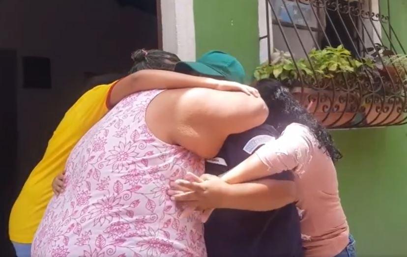Una de las socorristas que se recuperó del covid-19 regresa a su casa en Antigua Guatemala. (Foto Guatevisión: Captura de video de Facebook).