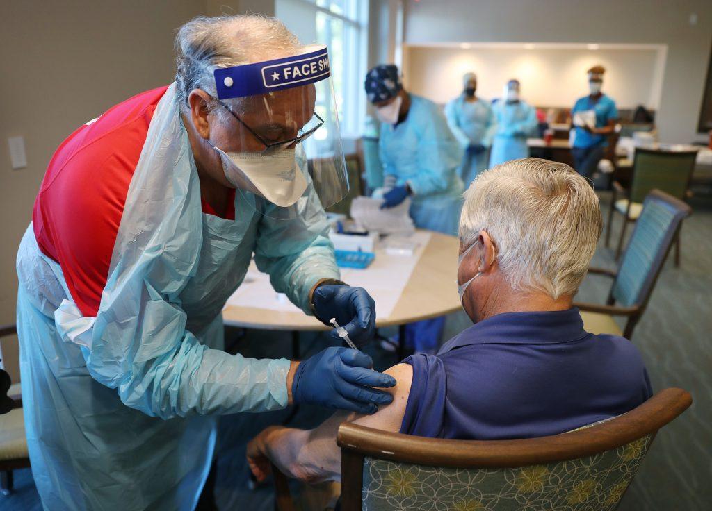 """Florida atrae a turistas (hasta de otros países) que buscan ser vacunados contra el coronavirus y residentes señalan """"descontrol"""" – Prensa Libre"""