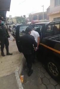 Gracias a la intervención de la PNC el suceso no pasó a mayores y el responsable fue detenido. (Foto Guatevisión: PNC)